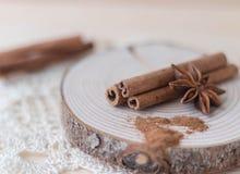 Palillos de canela, polvo del canela, anís de estrella en la madera imagen de archivo