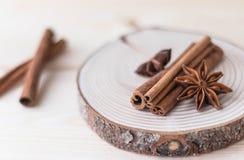 Palillos de canela y anís de estrella en la madera fotografía de archivo