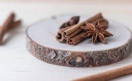 Palillos de canela y anís de estrella en la madera fotos de archivo