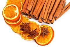 Palillos de canela y cortes anaranjados secados imagen de archivo