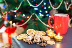 Palillos de canela y pan de jengibre con la taza de café en la Navidad Fotografía de archivo