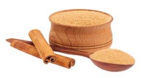 Palillos de canela y una cuchara de madera, taza Foto de archivo