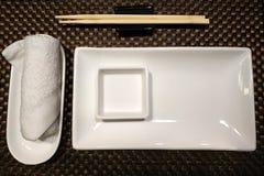 Palillos de cerámica blancos del cuenco y de bambú del sushi con una toalla blanca imágenes de archivo libres de regalías