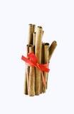 Palillos de cinamomo atados con un arqueamiento rojo Fotografía de archivo libre de regalías
