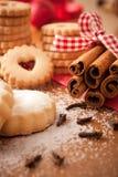 Palillos de cinamomo con las galletas de la Navidad Imagenes de archivo