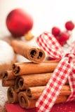 Palillos de cinamomo con los ornamentos de la Navidad imagenes de archivo
