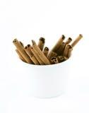 Palillos de cinamomo en las tazas blancas Imagen de archivo libre de regalías
