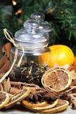 Palillos de cinamomo y naranja seca Imagen de archivo