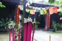 Palillos de ídolo chino budistas del rezo en un templo chino Foto de archivo