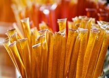 Palillos de la miel del oro en un tarro de cristal Imagen de archivo libre de regalías