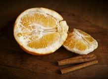 Palillos de la naranja y de cinamomo Fotografía de archivo libre de regalías