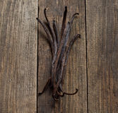 Palillos de la vainilla en la madera Fotografía de archivo