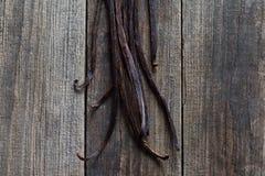Palillos de la vainilla en la madera Imagenes de archivo