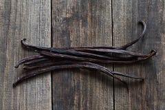 Palillos de la vainilla en la madera Imagen de archivo