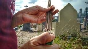 Palillos de la vela que inflaman en el cementerio Fotos de archivo
