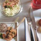 Palillos de los camarones, arroz salvaje y ensalada de los salmones foto de archivo