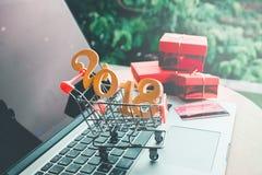 Palillos de madera en línea que hacen compras 2018 con concepto de la tarjeta de crédito Fotografía de archivo libre de regalías