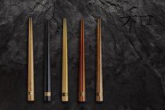 Palillos de madera fijados en piedra negra de la pizarra Concepto asiático del alimento Imagen de archivo libre de regalías