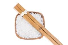 Palillos de madera naturales con arroz en pequeño cuenco de madera Fotografía de archivo libre de regalías