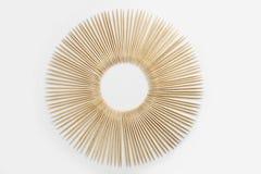 Palillos de madera presentados en un círculo imagenes de archivo