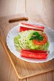 Palillos del cangrejo, col, tomate, Fotografía de archivo