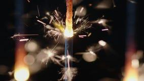 Palillos del fuego de la chispa de Bengala que queman en la cámara lenta almacen de metraje de vídeo