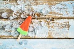 Palillos del helado en un fondo de madera imagenes de archivo