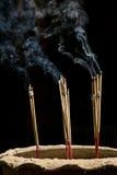 Palillos del incienso con humo Imágenes de archivo libres de regalías