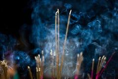 Palillos del incienso con humo azul Foto de archivo