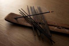 Palillos del incienso en fondo de madera imagen de archivo