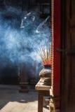 Palillos del incienso en pagoda Fotos de archivo libres de regalías
