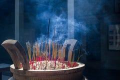 Palillos del incienso en pagoda Imagen de archivo
