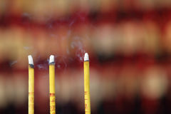 Palillos del incienso que fuman Foto de archivo libre de regalías
