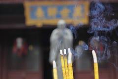 Palillos del incienso que fuman Imagen de archivo libre de regalías