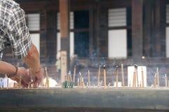Palillos del incienso que queman en templo Fotografía de archivo libre de regalías