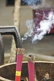 Palillos del incienso que queman en un templo chino Fotografía de archivo