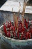 Palillos del incienso que queman humo en el uso de la hornilla que ruega para el budismo Imágenes de archivo libres de regalías