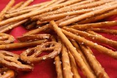 palillos del pretzel y pretzel salados para un partido Imagen de archivo