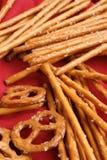 palillos del pretzel y pretzel salados para un partido Fotos de archivo libres de regalías