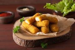 Palillos del queso de la mozzarella con la salsa de tomate Fotografía de archivo libre de regalías