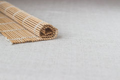 Palillos del sushi con la estera de bambú rodada de la paja Fotos de archivo