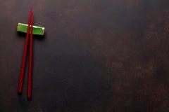 Palillos del sushi en la tabla de piedra Foto de archivo libre de regalías
