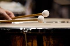 Palillos del tambor que golpean los tímpanos Imágenes de archivo libres de regalías