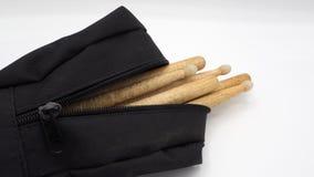 Palillos del tambor y bolsos negros fotografía de archivo libre de regalías