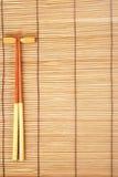 Palillos en fondo de bambú marrón de la estera Imagen de archivo libre de regalías
