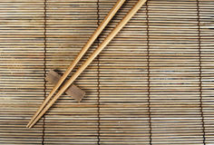 Palillos en la estera de bambú Imagen de archivo