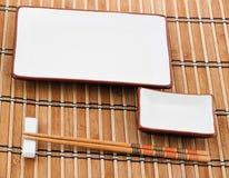 Palillos en la estera de bambú foto de archivo