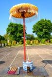 Palillos en tonalidad imperial de la ciudad, Vietnam del paraguas y del incienso del templo Yarda en la ciudad Prohibida púrpura  imágenes de archivo libres de regalías