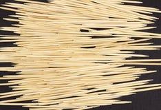 Palillos en un palillo negro del fondo fotografía de archivo