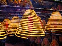 Palillos enormes del incienso en un templo budista Imagen de archivo libre de regalías